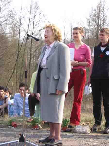 Auch bei der Befreiungsfeier im ehemaligen Mädchen-KZ und Vernichtungslager Uckermark hielt Irma Trksak im April 2006 eine kurze Ansprache.