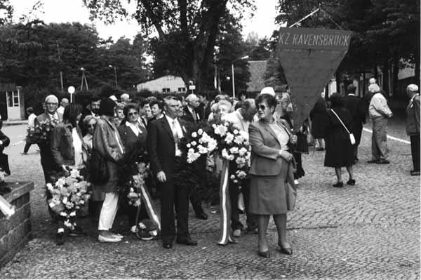 """Erna Musik (vorne mit der """"Winkelfahne"""") in der Mahn- und Gedenkstätte Ravensbrück. Foto: Verein für Geschichte der Arbeiterbewegung"""