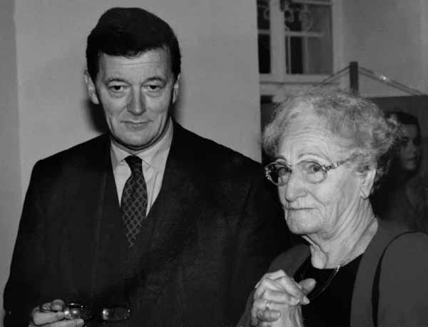 """Friedl Sinclair mit dem damaligen Wissenschaftsminister Caspar Einem bei der Eröffnung der Ausstellung """"Wege nach Ravensbrück"""" im November 1999. Foto: ÖLGR/F"""