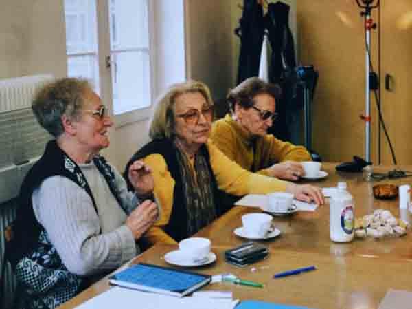 Sinclair (li.) und ihre Kameradinnen Hilde Zimmermann und Karla Glaubauf bei einem Treffen der Lagergemeinschaft Ravensbrück im April 1999. Foto: Sylvia Köchl