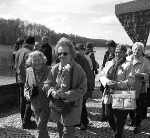 Fritzi Furch (Mitte) bei der Gedenkfeier in Ravensbrück 2008 im Kreis ihrer Kameradinnen Irma Trksak (li.) und Fini Oswald (re.). Foto: Sylvia Edelmann