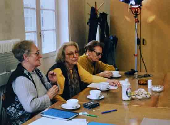 Karla Glaubauf (ganz rechts) mit Hilde Zimmermann und Friedl Sinclair (li.) beim Treffen der Lagergemeinschaft Ravensbrück im April 1999. Foto: Sylvia Köchl