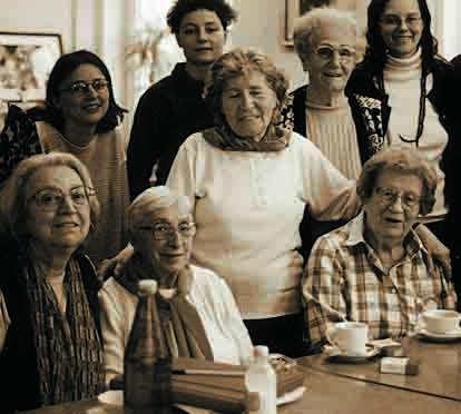 Lilo Haiss (ganz rechts sitzend) im Kreis ihrer Kameradinnen (v.r.) Friedl Sinclair, Irma Trksak, Regine Chum und Hilde Zimmermann und einiger Freundinnen der Lagergemeinschaft im April 1999. Foto: Sylvia Köchl