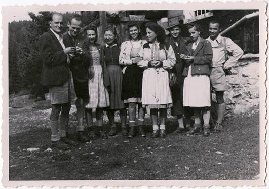 Anna Cadia, vierte von links, mit Tochter Mila (fünfte von links)