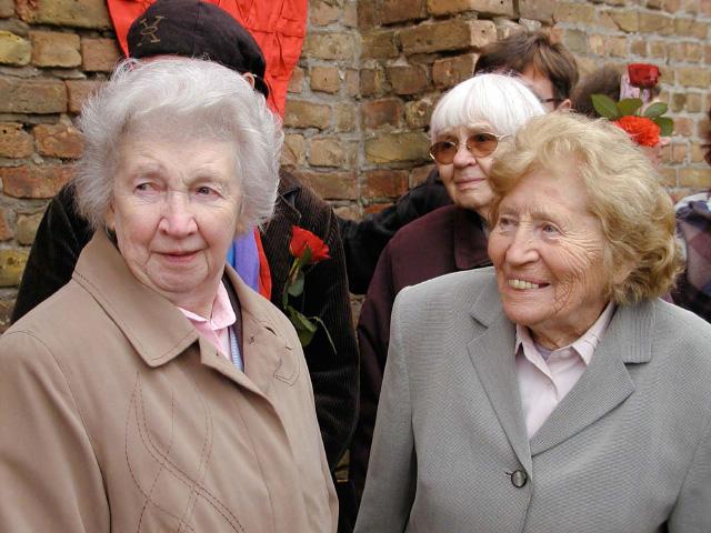 Anna Jug mit Irma Trksak vor der Mauer der Nationen (2006) in der Mahn und Gedenkstätte Ravensbrück